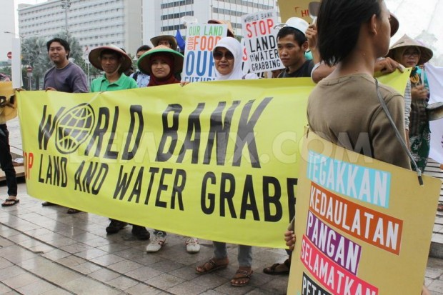 World-Bank-land-and-water-grab-protest-e1396800202193